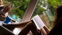 Široký okenní parapet může nabídnout příjemné místo na čtení.