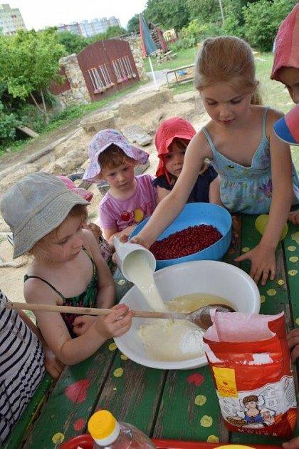 Děti z MŠ Semínko při přípravě rybízového koláče.