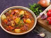 Buřtguláš je oblíbeným pokrmem Čechů.