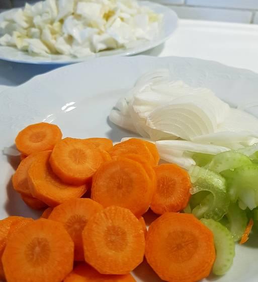 Zeleninu očistíme a nakrájíme na plátky či kostky.