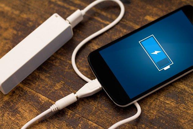Mobil, notebook, laptop a podobná zařízení lze nechávat v nabíječce přes noc