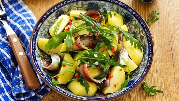Bramborový salát se sardelkami.