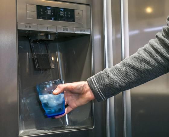 Mnohé dvoudveřové modely chladniček jsou opatřeny výrobníky ledu.