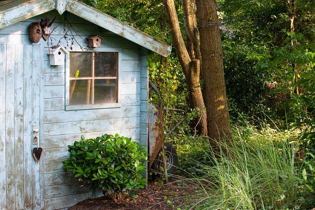 Zahradní domek s modře patinovaným dřevem