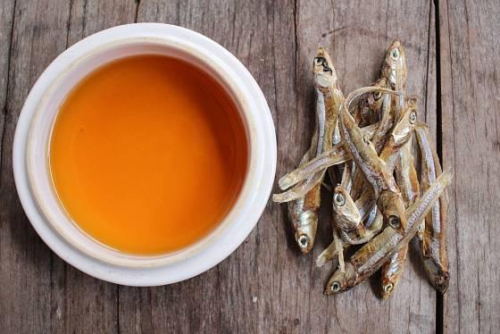Rybí omáčka má jantarovou barvu.
