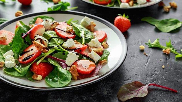 Jahody dají zeleninovým salátům nezaměnitelnou chuť