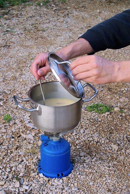 Plynový vařič umožní přípravu teplého pokrmu i tam, kde není dostatek dřeva na oheň.