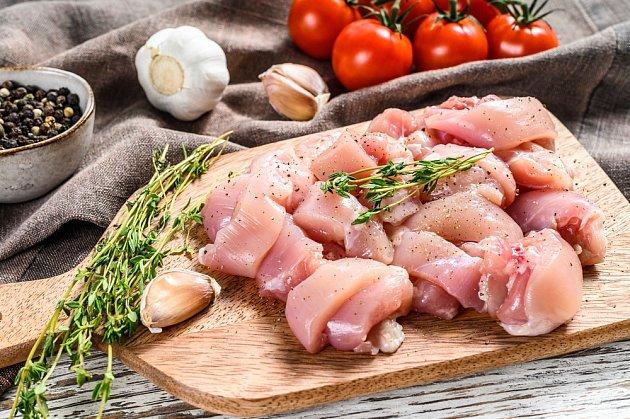 Potřebujete rozmrazit kuře? Nejlepší je to vledničce. Nahonem to ale nepůjde, rozmrazovat se bude alespoň den.