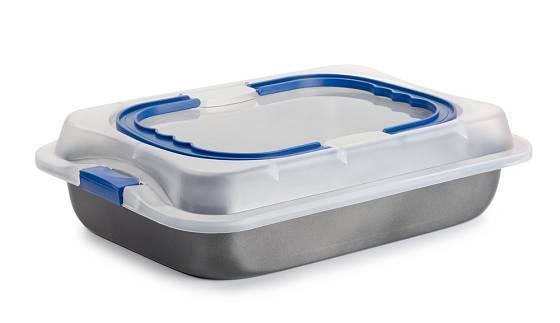 Výhodou plastových vík přímo na pekáč je možnost rychlého transportu nebo praktického skladování.