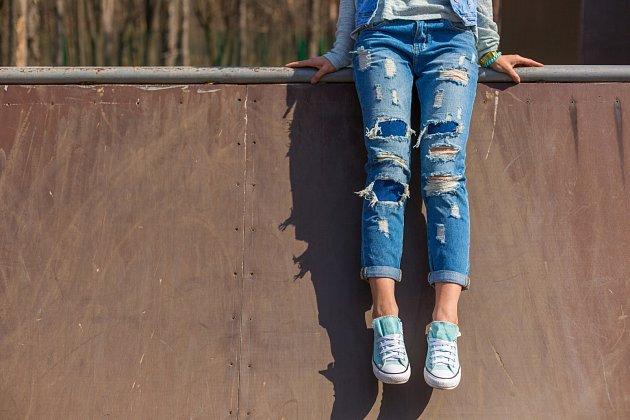 Roztřepené, natržené a dřené džíny vyžadují péči.