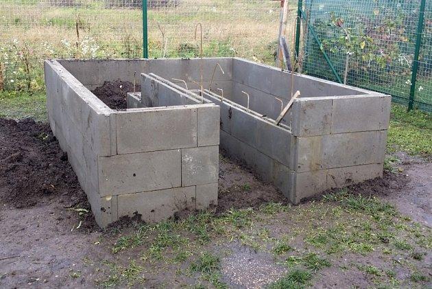 Podezdívka skleníku zpříjemní zahradníkovi práci.
