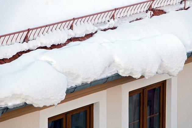 Protisněhové zábrany mohou pád sněhu zbrzdit.