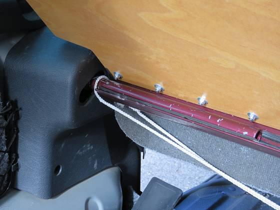 Spodní deska je spojená napevno s pantem zapuštěným do původních otvorů. Starší typ Citroenu Berlingo