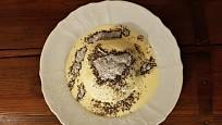 Germknödel podáváme přelitý vanilkovou omáčkou a posypaný makovým cukrem.