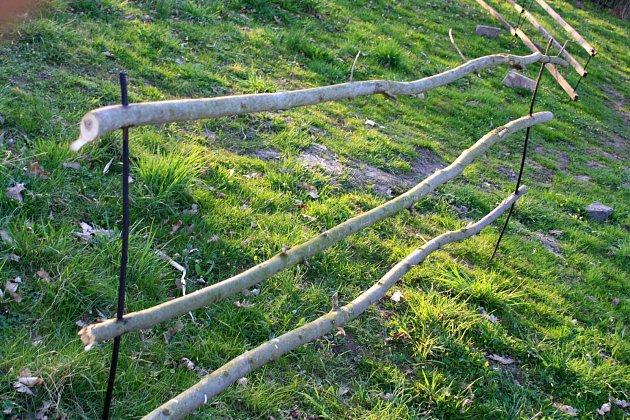 Kostra plůtku může sestávat ze starých latí nebo z větví a kmínků z náletu