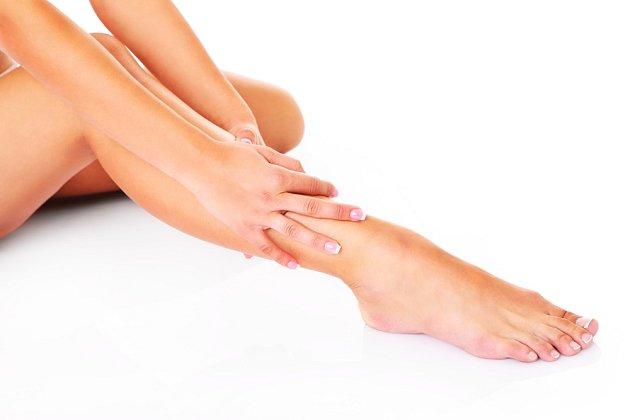 Nohy v průběhu dne protahujte a večer jim dopřejte masáž.