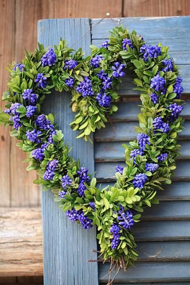 Výzdoba dveří ve tvaru srdce - proutí, buxus a modřenec.