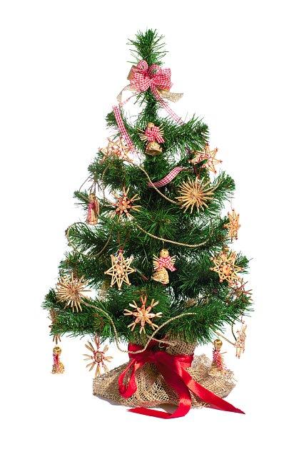 vánoční stromek ozdobený slaměnými ozdobami