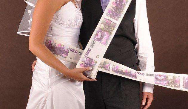Peníze vložené do roličky toaletního papíru
