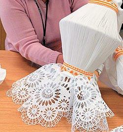Rukávce ženského kroje jsou skládané z tenkého bavlněného plátna dlouhého 3,2–3,7 metru
