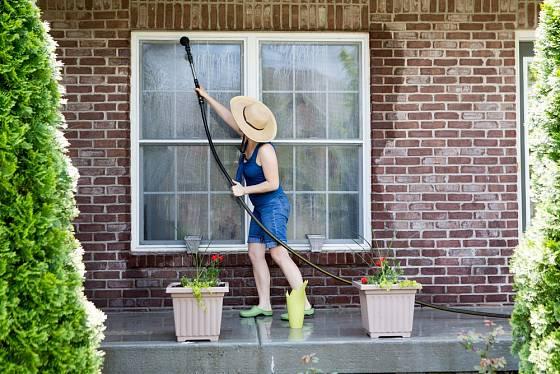 Mytí nízko položených oken si můžeme zvenku usnadnit.