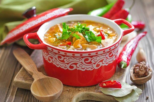 Drůbeží polévka se zeleninou a ořechy.