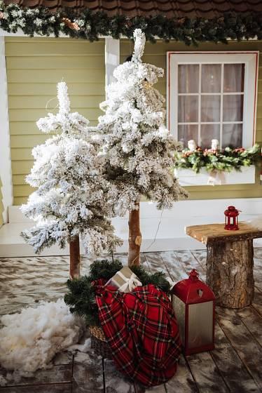 Vánoční stromky před vchodové dveře si můžeme sami vyrobit.