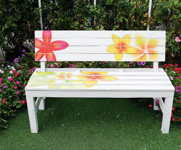 I se zbytky barev lze dát lavičce alespoň na jednu sezonu neobvyklý vzhled