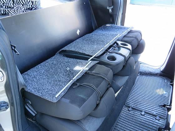 Dvě desky jsou při jízdě za zadními sedadly; před instalací sedadla sklopíme. Novější typ Citroenu Berlingo