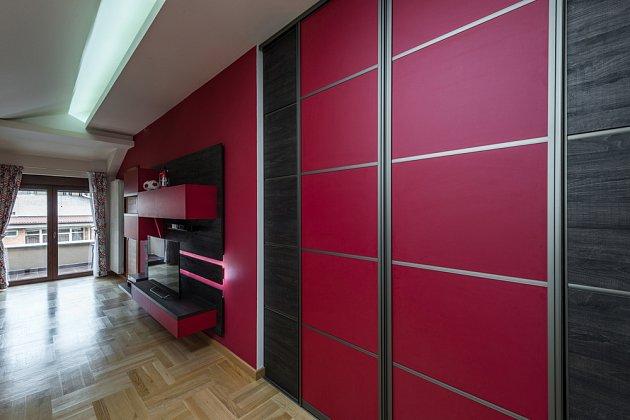 Vestavěné úložné prostory ano, ale ne v těchto barvách. Do malého bytu volte světlejší odstíny.