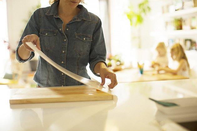 Při přípravě zeleniny i masa oceníte prkénko Fiskars s plastovou omyvatelnou deskou.