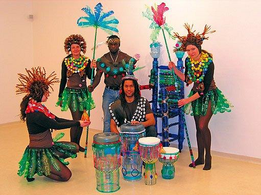 Kostýmy a bubny pro vernisáž