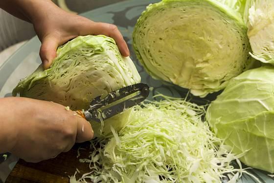 Krouhat můžete na speciálním kruhadle, nožem nebo škrabkou