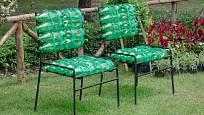 Praktické a levné sedáky na židle z plastových lahví