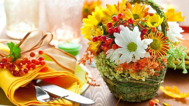 Podzimní dekorace stolu - košík s květinami.