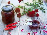Lahodný růžový džem ozvláštní dezerty svou výraznou, nasládlou chutí.