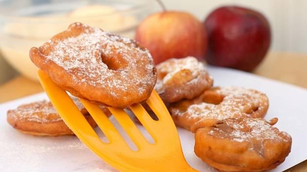 Smažená jablka v županu jsou vynikající.