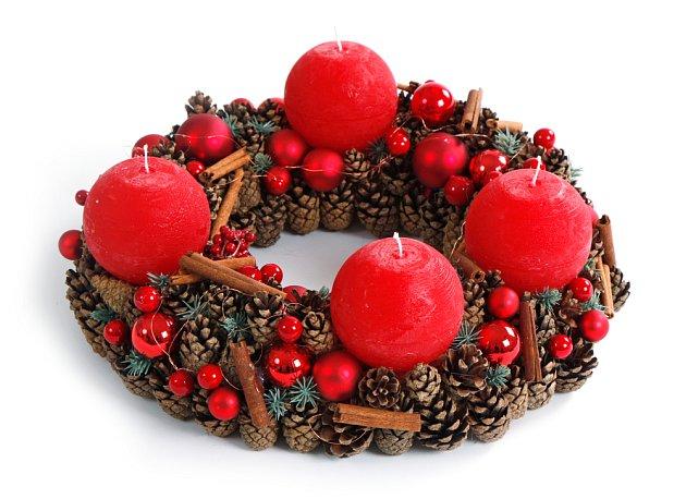 Šišky jsou velmi vděčný materiál k dekorování věnců.