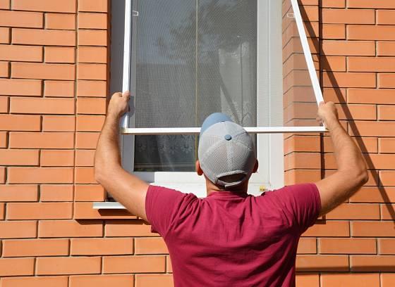 K ochraně před dotěrným hmyzem patří i sítě do oken.