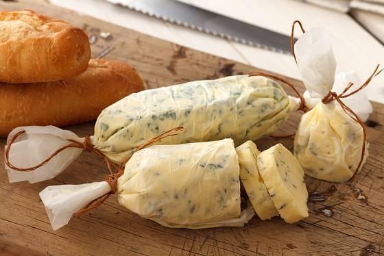 Česnekové máslo necháme dobře ztuhnout.