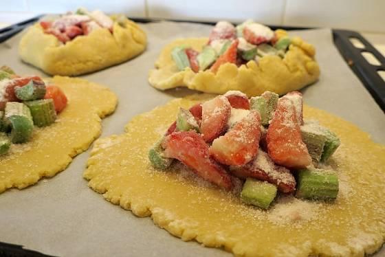 Mouka v ovoci zahustí vytékající šťávu, aby koláč nebyl příliš mokrý.