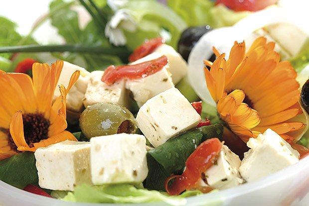 Květy měsíčku dodají řeckému salátu šmrnc a betakaroten