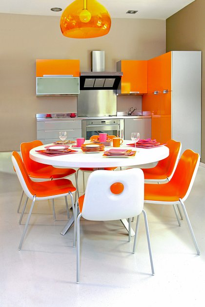 Světlé barvy jsou pro kuchyně mini rozměrů ideální.