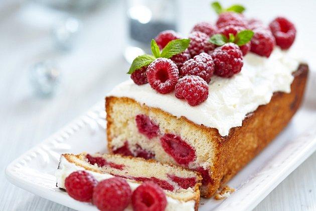 Vrcholí i sezóna malin, proto je správný čas na přípravu cuketového koláče s malinami.