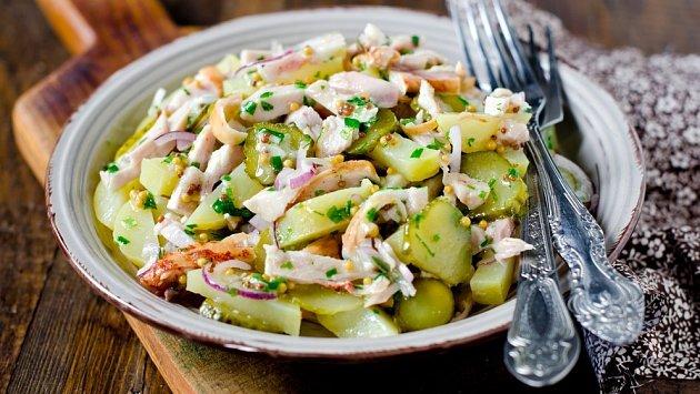 teplý bramborový salát z kvašenou zeleninou