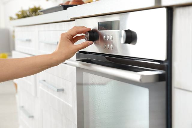 K sušení česneku lze využít i pečicí troubu.