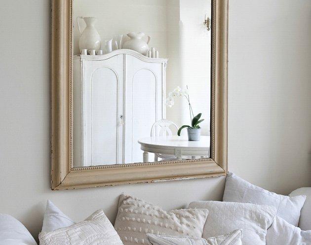 Vhodně umístěné zrcadlo pomůže opticky zvětšit místnost.