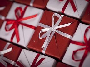 Vánoční dárky ozdobené mašličkami.