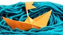 Stačí trocha vlny a lodička z papíru může vyplout.