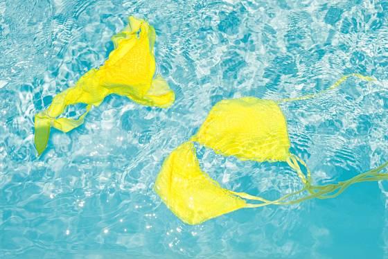 Voda v bazénu bývá ošetřená chlórem